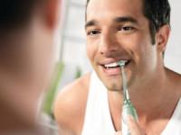 Cea mai uşoară metodă auxiliară de a ne curăţa dinţii: duşul bucal