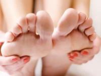 Încălţămintea de vară cu talpă joasă, poate afecta structura piciorului